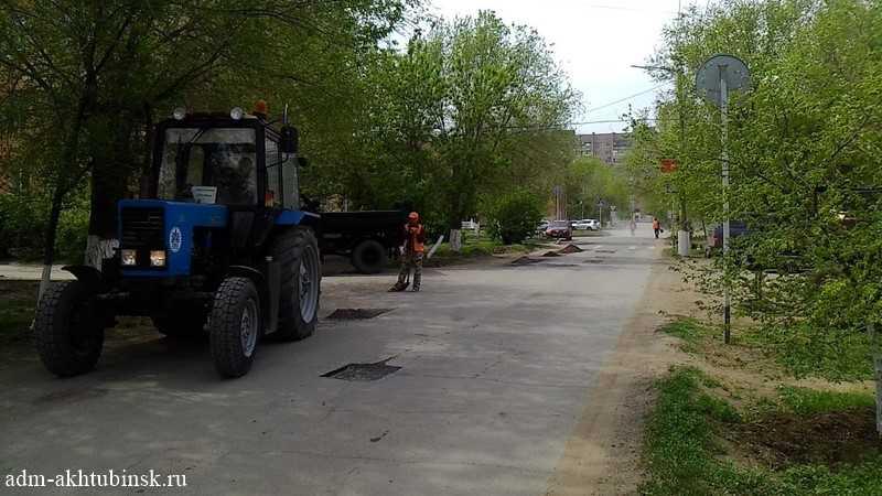 Ремонт автомобильных дорог общего пользования местного значения в г. Ахтубинске продолжается.