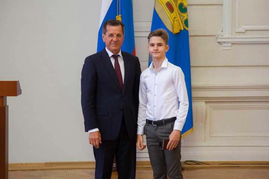 В числе лучших ахтубинец получил паспорт из рук губернатора Астраханской области