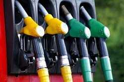 Почему цена на нефть в мире падает, а на бензин в России – растет?