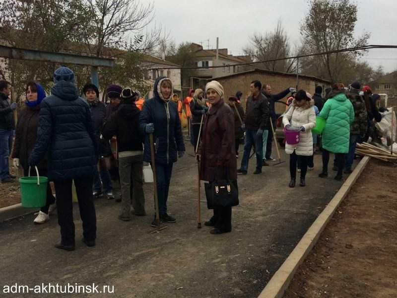 В Ахтубинске сотрудники городской администрации провели субботник на дворовых территориях в Северном городке