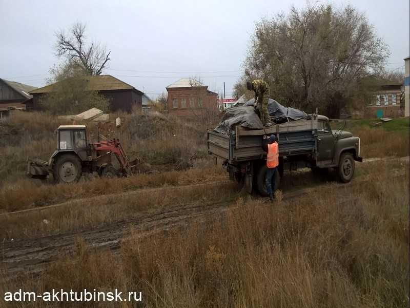 Коммунальщики в Ахтубинске продолжают вывоз несанкционированных свалок мусора