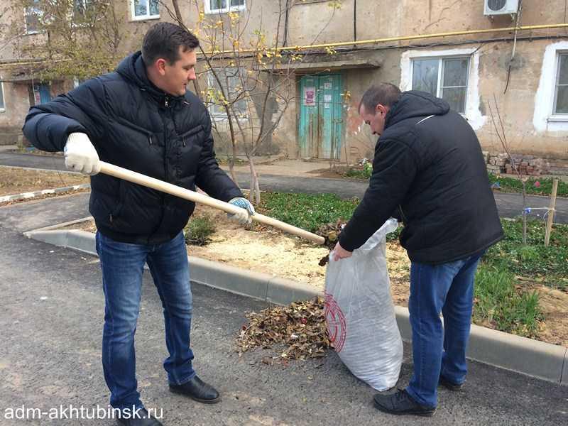 Сотрудники городской администрации провели субботник на дворовых территориях в Северном городке