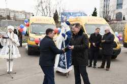 Астраханские школы и больницы получили новый автотранспорт