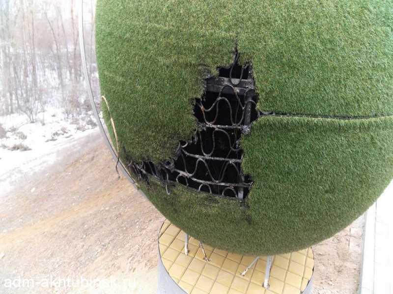 """В этот раз вандалы повредили скульптуру в сквере на м/к """"Крыло Икара"""""""