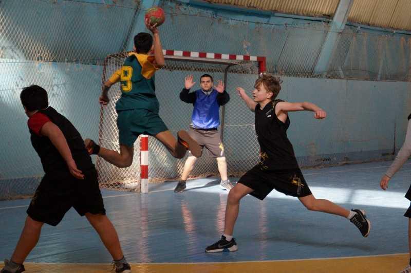 Турнир гандболистов продолжили соревнования по настольному теннису