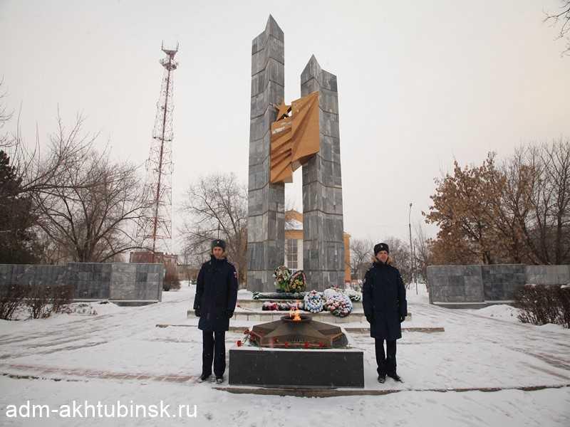В День защитника Отечества в Ахтубинске состоялось возложение живых цветов к памятнику владимировцам, погибшим в годы Великой Отечественной войны и к стелам Героев Советского Союза
