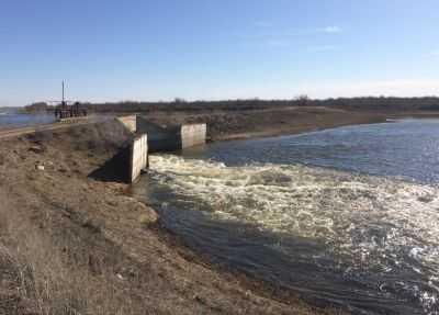 Максимальный сброс воды в астраханские реки продлится ещё три дня