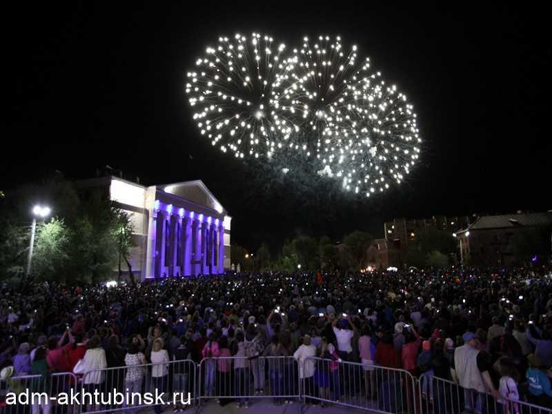 Вечером в День Победы в Ахтубинске прошли народные гулянья и большой праздничный концерт