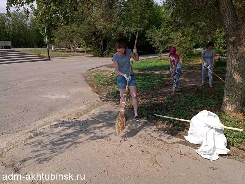 Работники городской администрации провели субботник