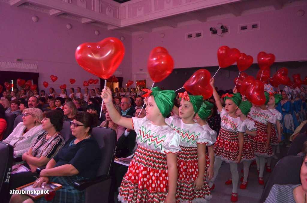 Цветы и праздничный концерт для педагогов