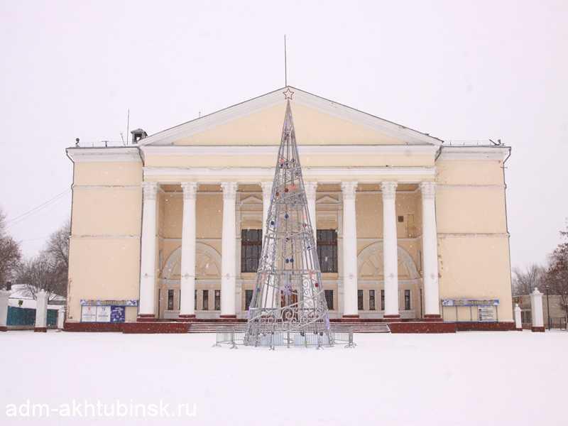В центре Ахтубинска установлена главная новогодняя елка города