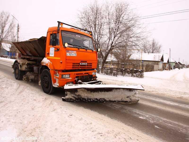 В новогоднюю ночь ахтубинские коммунальщики чистили улицы от снега