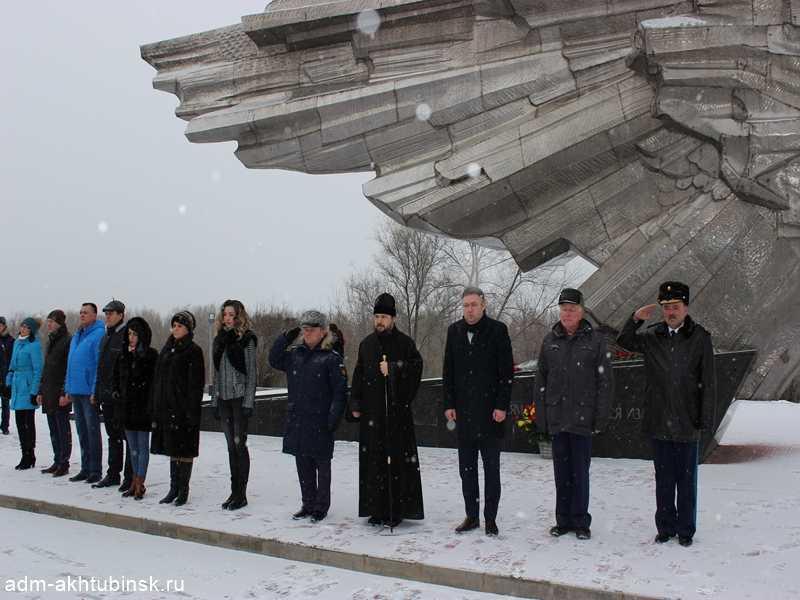 В День защитника Отечества в Ахтубинске зажгли Огонь Славы и возложили живые цветы на мемориал «Крыло Икара»
