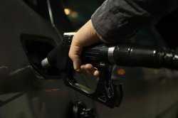 Бензин на астраханских заправках удивляет автолюбителей