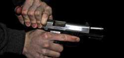 В Астрахани психически нездоровый мужчина набросился с пистолетом на санитарку