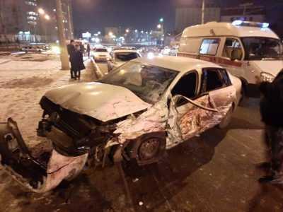 «Скорая помощь», спасатели, МЧС: серьезная авария с такси произошла в Астрахани