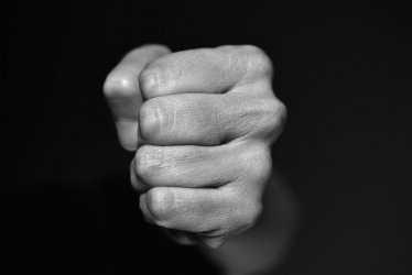 Астраханец из-за подруги с кулаками набросился на полицейских