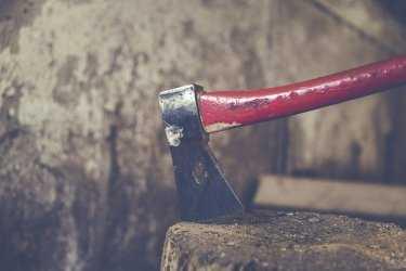 Житель астраханского поселка пытался зарубить мужчину топором